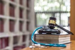 Erkrankung eines Angeklagten - Auskunft eines Arztes über Verhandlungsfähigkeit