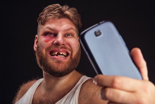 Schlag mit einem Mobiltelefon - Körperverletzung mittels eines gefährlichen Werkzeugs