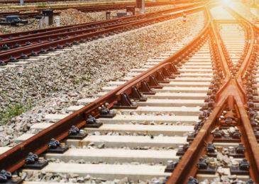 Störung des Bahnbetriebes und Nötigung durch Anketten an Bahnschienen